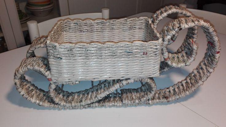 slitta in due colori (bianco e con scritte) spruzzato con vernice glitter a brillantini argentati realizzato con cannucce in carta di giornali