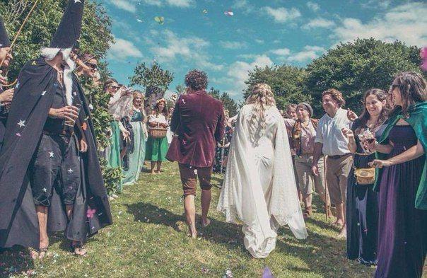 """Свадьба в стиле """"Властелин колец""""  28-летний Уилл Грант выкинул свои ботинки и галстук (но не успел отрастить на ступнях достаточно волос) и перевоплотился во Фродо Бэггинса для своей свадьбы. Будучи большим поклонником фэнтези-романа Толкиена, Уилл смог убедить свою невесту 33-летнююю Эми Гандер превратить сад их дома в Средиземье"""