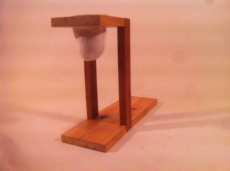 Mini cafeteira em madeira eucalipto e ipê.