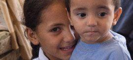 Auch in den Nachbarländern unterstützt Help syrische #Flüchtlinge. Im Rahmen eines Kooperationsprojekts mit der Charité bildet Help Psychologen, Psychiater und Allgemeinmediziner zu Trauma-Therapeuten aus. Mittlerweile wurden 73 Ärzte erfolgreich geschult, die sich in Gesundheitszentren im Norden Jordaniens um die psychosoziale Betreuung von syrischen Flüchtlingen kümmern.