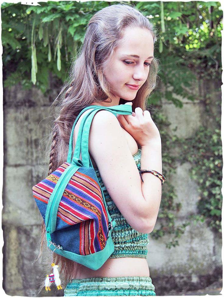 #zainietnici: mini Jessy zainetto etnico lavorato a mano con tessuto di manta di #Cuzco ed #ecopelle. I tessuti di stoffa, vicino ai colori tenui dell'eco pelle, risaltano ancor di più per la loro bellezza e lavorazione. Zainetto etnico con cerniera e fodera. Piccolo #portachiavi incluso. #lamamitafashion #bags #borse #accessoridonna