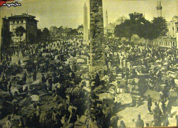 1912 yangınından sonra Sultanahmet Atmeydanı'nda toplanan insanlar ve kurtarabildikleri eşyalar. (İshakpaşa yangını olarak bilinir)