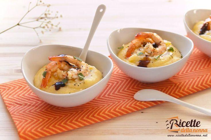 Un antipasto insolito da proporre come apertura del pranzo di Natale o di una cena di festa. La semplicità della polenta è arricchita dal gusto delle code di gambero e impreziosita dalle gocce di grassa di aceto balsamico.
