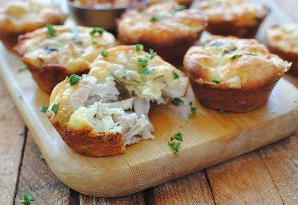 Куриные маффины с сыром приготовить легко и быстро, а оригинальные куриные кексы без сомнения придутся по вкусу детям! Пошаговый рецепт приготовления.