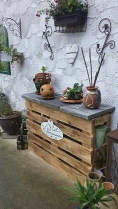 Ein Gartenregal aus Paletten können Sie einfach nachmachen und sommerlich dekorieren.