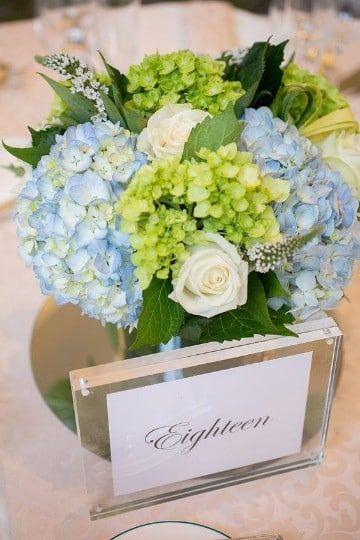 centros de mesa con hortensias azules