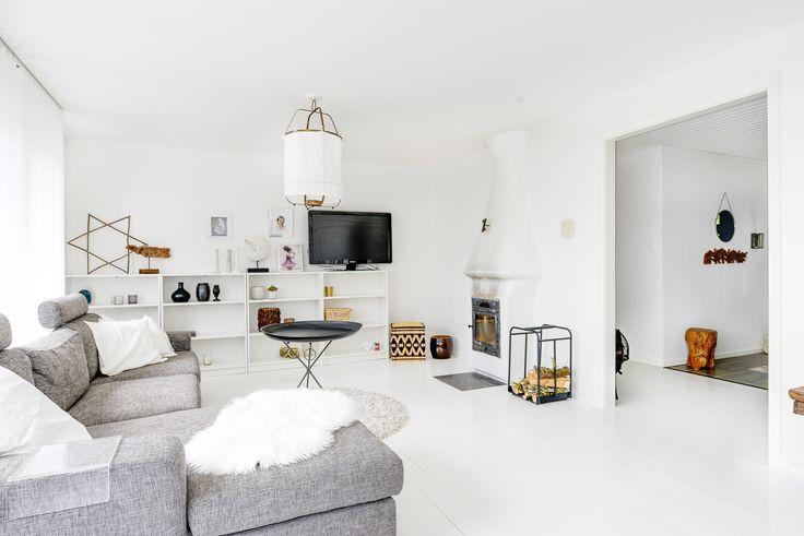 Ljust och luftigt vardagsrum på Slingervägen 43 i Haverdal, Halmstad.