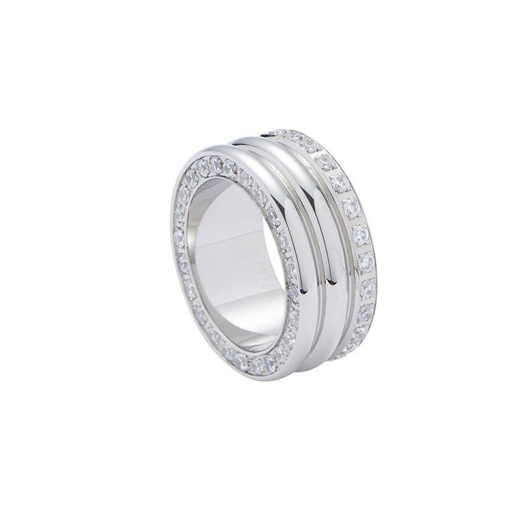 Elegant und glamourös zugleich – dieser Ring versprüht zweifellos ein luxuriöses Flair. Die breite Formgebung, aber auch die aneinandergereihten Zirkonia-Steine verleihen das gewisse Etwas an außergewöhnlicher Eleganz. Als besonderes Highlight befinden sich nicht nur auf der Oberfläche, sondern auch auf der schmalen Seite funkelnde Zirkonia. #new #ring #fashion #style #silver #love