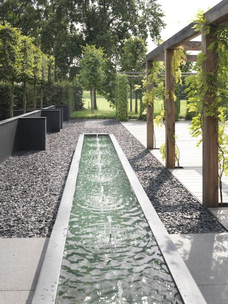 Un espejo de agua en el jardín ayuda a refrescar el espacio, y además compensa la dureza de las piedras