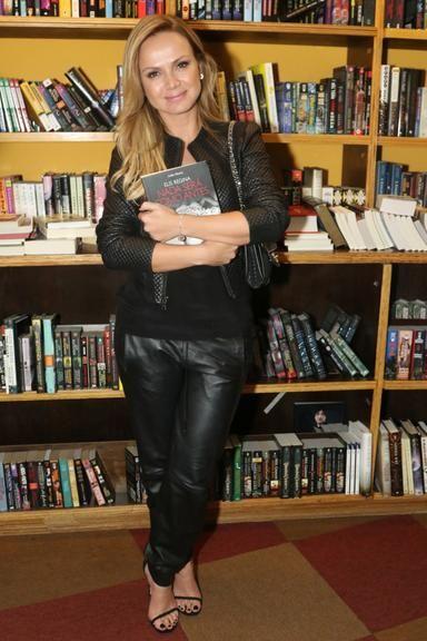 Eliana prestigia lançamento de livro sobre Elis Regina
