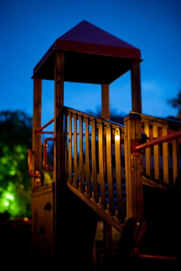 Wieża Logo nocny widok placu zabaw