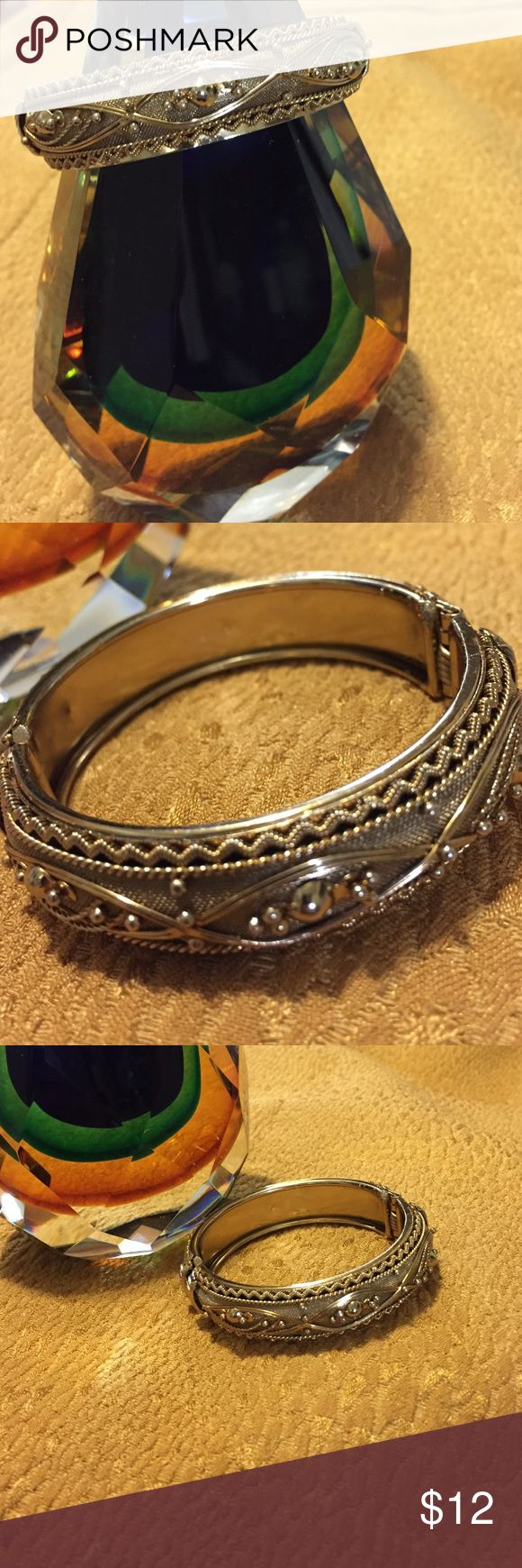 """Golden Bracelet - High Quality Costume Jewelry This gorgeous gold bracelet is high quality """"costume jewelry"""" that, at a distance, looks Ike the """"real deal."""" 💚 New, without tags. Unknown Jewelry Bracelets"""