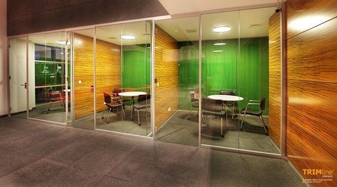 Modern Dünya mimarisi yalın çizgilerin arayışını sürdürüyor. Bununla beraber gelişen ofis alanları artık daha sakin bir gündeme sahip ve çok daha şeffaf. Straehle 3400 cam bölme duvar sistemi, tasarımcıyı tüm kalınlıklardan kurtarırken, derin mekanların algılanmasında engel oluşturmayan odaları yaratıyor. Düşey profilsiz bir cam bölme sistemi ile, teknik gereklilikleri sağlayan ama sınırları olmayan yüzeyleri elde ediliyor.