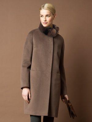 Элегантное зимнее пальто прямого силуэта из ворсовой ткани с декоративным  горизонтальным подрезом, в котором расположены карманы. Рукава - реглан. Модель имеет супатную застежку и воротник стойку из натурального кролика, крашенного под шиншиллу. Модель произведена с мембраной Raft Pro и утеплителем Thermore. Стильная и практичная модель для современных  женщин., арт. 1014021p60188, состав: Основная ткань: шерсть 89 %, шелк 6 %, нейлон 5 %; Утеплитель: полиэстер 100 %; Подкладка: полиэстер…