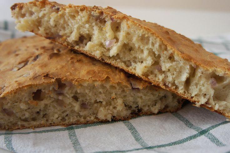 Il pane senza impasto alla cipolla rossa è una versione molto più semplice e veloce del classico pane fatto in casa. Ecco la ricetta