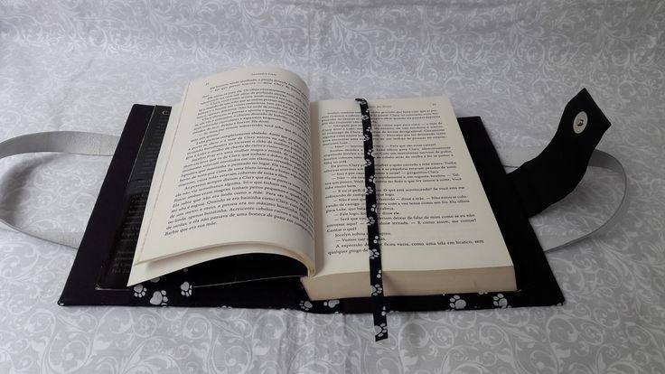 Capa de livro simples com alça no estilo bolsa, feita em cartonagem (CAPA DURA) no tema PATINHAS. Vem com marcador de página feito em tecido e fecho de pressão.  Fazemos em uma medida padrão para atender livros até 600pg, como por exemplo Nárnia, Anjos e Demônios, A menina que roubava livros e ou...