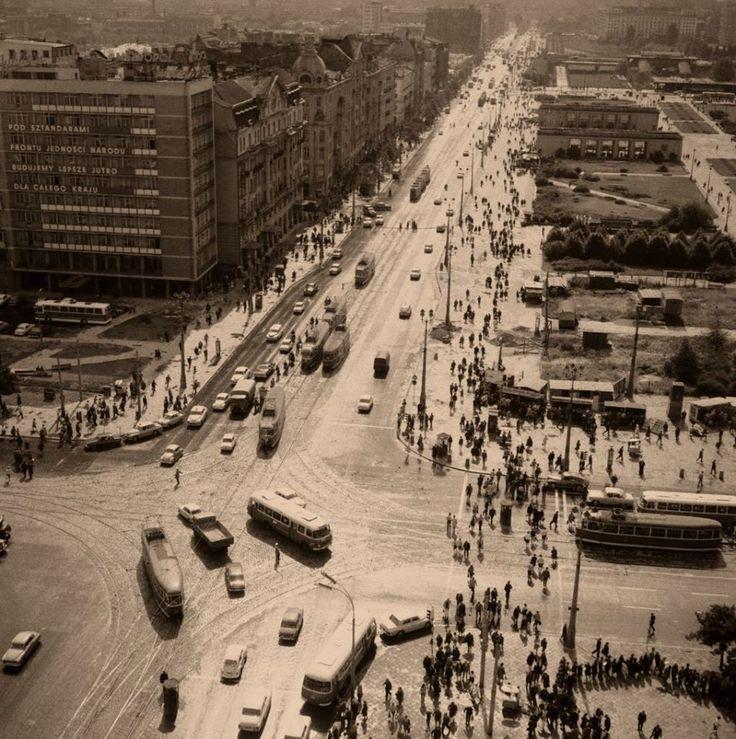 Perspektywa Alej Jerozolimskich w 1968 roku. Na dole fotografii widzimy skrzyżowanie z Marszałkowską.    Fot. Zbyszko Siemaszko, własność NAC