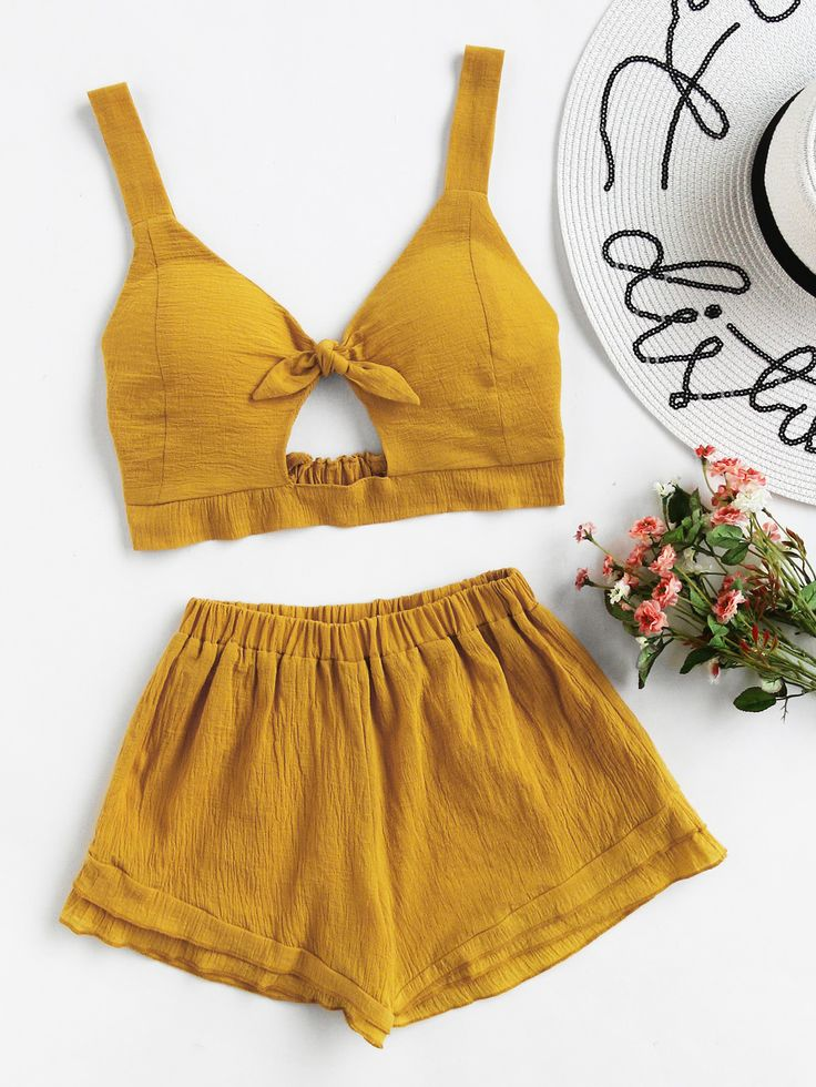 ¡Cómpralo ya!. Knotted Keyhole Front Textured Crop Top With Shorts. Shorts Khaki Polyester Plain Strap Sleeveless Bow Cute Vacation Fabric has no stretch Summer Two-piece Outfits. , topcorto, croptops, croptop, croptops, croptop, topcrop, topscrops, cropped, topbailarina, corto, camisolacorta, crop, croppedt-shirt, kurzestop, topcorto, topcourt, topcorto, cortos. Top corto  de mujer   de SheIn.