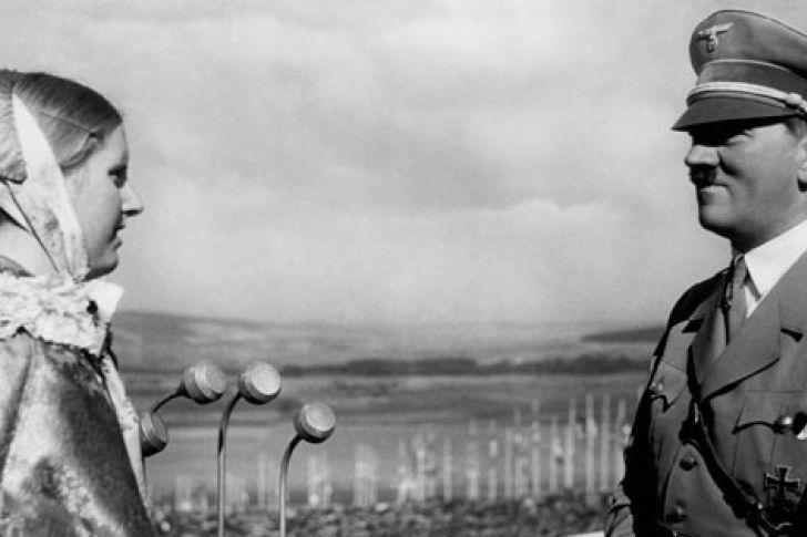 <p>La semana pasada, el presidente de los Estados Unidos, Donald Trump, envió un comunicado autorizando la desclasificación de cientos de archivos de la CIA relacionados con el asesinato del presidente norteamericano John F. Kennedy, ocurrido en 1963. Entre la partida, se hizo público un documento de 1955 que afirma que Adolf Hitler seguía vivo en esa época, oculto en la ciudad de Caracas, Colombia, viendo con el nombre de Adolf Schrittelmayor.</p>