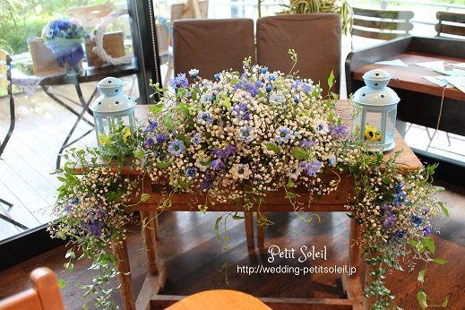 かすみ草と青い小花のメインテーブル装花*小さ目のメインテーブルなので華やかさを出すために、下にもお花を。