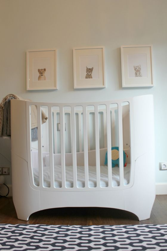 We love this modern crib paired with this beautiful Y-inspired rug! #nursery #modern: Babyroom Playroom Inspiration, Neutral Baby Rooms, Neutral Baby Room Decor, Nursery Playroom Kids Room, Neutral Baby Room Ideas, Baby Room Ideas Neutral, Nurseries Childrens Rooms, Babe, White Room