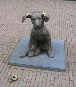 Fikkie is perhaps the most famous dog in Rotterdam. The bronze terrier sits quietly among the shoppers at the Oude Binnenweg. Artwork by Joeki Noorlander-Simak 1963