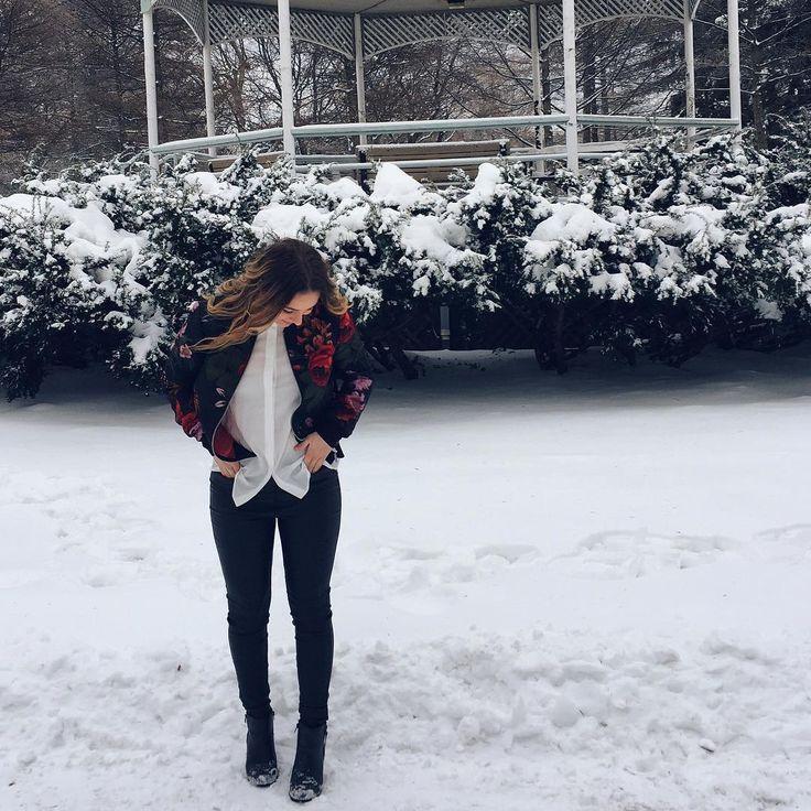 em ⛄️ sur Instagram: C'est la veille de Noël dans 4 jours et je capote un peu troooop! 🎄  D'ailleurs, d'ici Noël, je vous présente 2 looks coup de coeur (et par coup de coeur je veux dire que je suis complètement en amour 🙄) que j'ai eu la chance de créer en collaboration avec @veromodacanada ✨ ; Je ne sais pas si on voit l'excitation dans mon post héhé 🐻 #veromoda