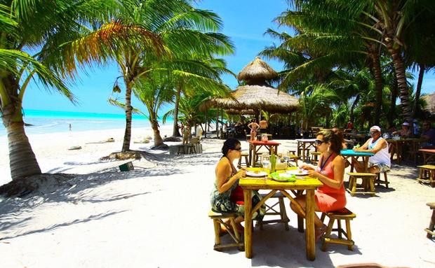 Mesas do Hibiscus, na Praia de Ipioca, em Maceió, Alagoas