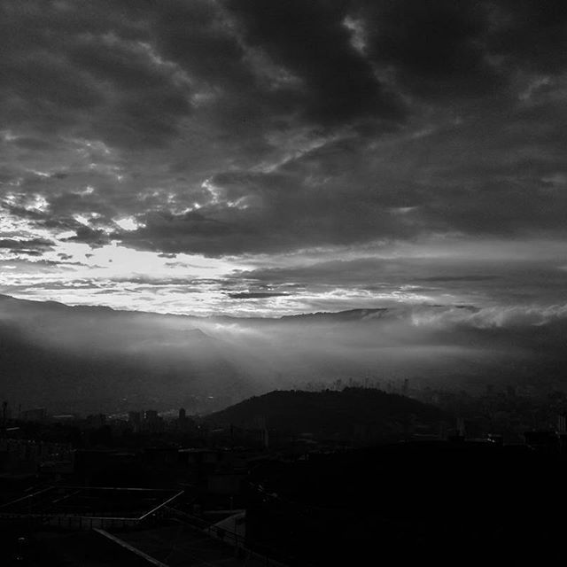 - Amanecer desde una ladera, Robledo - Sunrise, a view of the city    #mobilphotography #travel #viaje #landscape #sky #clouds #mountain #sunrise #amanecer #paisaje #cityscape