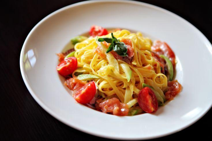 Tagliatelle s lososom a paradajkami