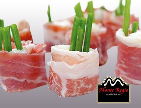 ¿El mejor aperitivo del mundo? Finas lonchas de jamón ibérico #MonteRegio y queso fresco adornado con cebollino ¡Ñam,Ñam!