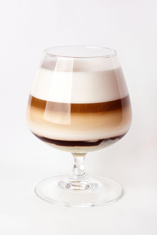 bereiden: Warm de whisky op in een pannetje. Voeg de suiker toe aan de whisky en roer tot de suiker opgelost is en een beetje stroperig wordt. Doe de whisky in een glas. Giet de koffie voorzichtig op de whisky. Gebruik hiervoor de achterkant van een lepel. Klop de room half op en giet voorzichtig op de koffie. #CoffeeTime