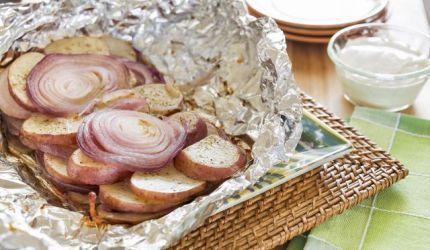 Pečené zemiaky s cibuľou v alobale