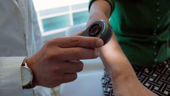 Un equipo de investigadores de la Universidad de Stanford en Estados Unidos ha desarrollado un algoritmo de inteligencia artificial capaz de diagnosticar el cáncer de piel con la misma eficacia que los dermatólogos. Gracias a este avance, en el futuro cualquier persona podrá utilizar un smartphone para analizar sus lunares, manchas y lesiones cutáneas, e identificar con seguridad si padece la enfermedad.El cáncer de piel es el más común entre...