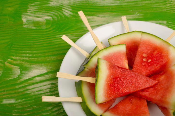 As frutas e os sucos detox são grandes aliados do emagrecimento e devem fazer parte do cardápio de quem quer perder peso. Para não correr o risco de enjoar e acabar abandonando a dieta antes da hora, a dica é transformar os ingredientes dessas receitas em outras delícias saudáveis. Leia também Gelatina detox de