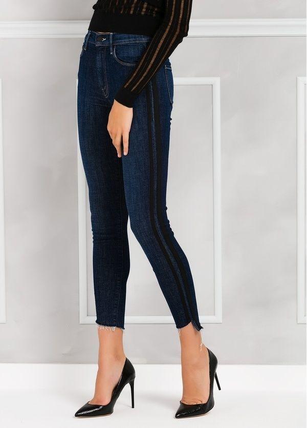 Pantalón tejano SIDE STRIPE JEANS color denim y raya lateral negra.