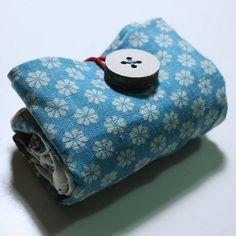 Guarda anche questi:Tutorial Borsa veloce da realizzareCome cucire una sacca giapponese.Tutorial: come cucire una borsa in stoffa.Borsa con Matrioske – Tutorial Come fare una borsa origami – Spiegazioni in italiano. Shopper ripiegabile da portare in borsa – Tutorial