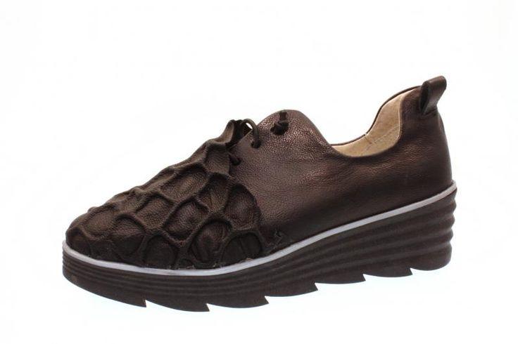 Wer sagt, Schuhe sind nur zum Wärmen der Füße da? Dieser Papucei Halbschuh beweist: Schuhe können auch kleine Kunstwerke sein! Extravagantes Design garantiert Ihnen einen...