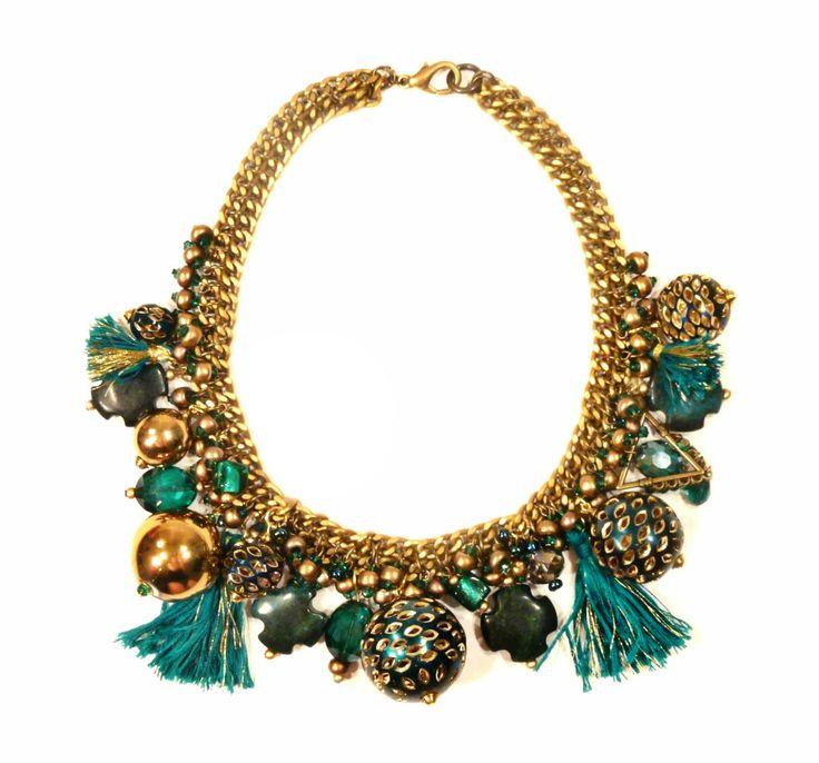 Złoto-zielona kolia z kryształów, jedwabnych chwostów i elementów złoconych