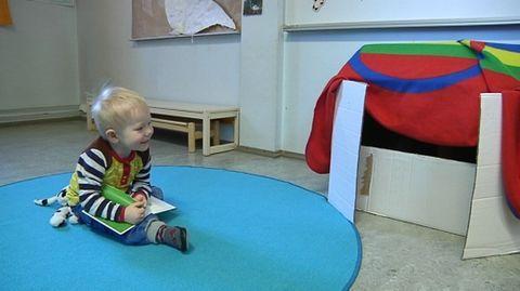 Oulussa kielipesälapset ovat samassa ryhmässä saamenkielisessä päivähoidossa olevien seitsemän lapsen kanssa.  – Se on heille tärkeää, että he näkevät, että on muitakin kaksikielisiä lapsia, lastenhoitaja Tuuli Miettunen sanoo.