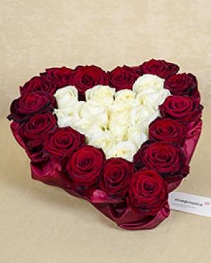 Aranjament cu 29 trandafiri albi şi roşii în formă de inimă