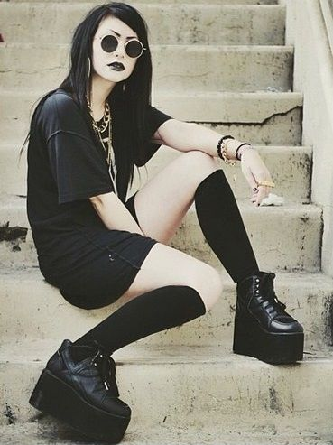 Nu-Goth Fashion Tip Nº1: Oversized Black Tee with Platform Shoes - http://ninjacosmico.com/22-fashion-tips-nu-goth/