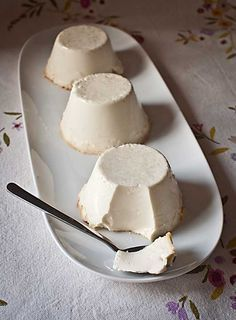 Panna cotta ((1000 gr. de nata líquida de buena calidad (materia grasa 35% mínimo), 200 gr. de azúcar, 1 pellizco de sal, ½ vaina de vainilla, 300 gr. de claras de huevo (8-9)).