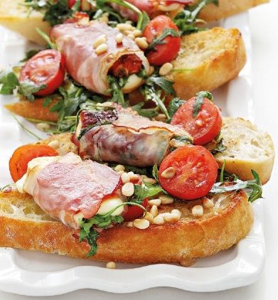 Zapečená uzená mozzarella s prosciuttem a salátem