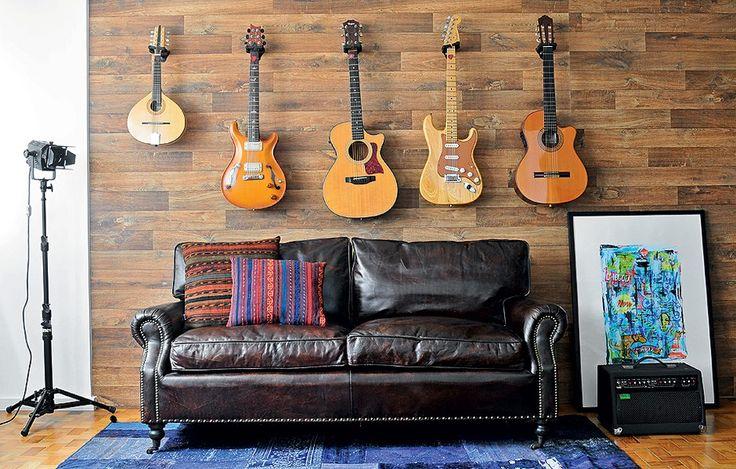 Guitarras, violões e o bandolim do músico Edu Negrão não são exatamente uma coleção, mas instrumentos de trabalho. A solução para protegê-los foi usar suportes específicos. O painel foi sugerido pela arquiteta Nara Grossi para esconder um desvio