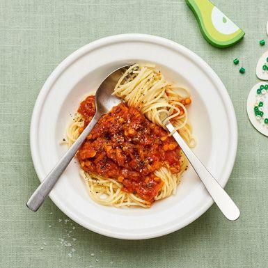 Pasta är en riktig vardagshjälte när tiden är knapp och familjen är hungrig. Men för att höja näringsvärdet på måltiden är röda linser och morötter två smarta ingredienser att ha i såsen. Detta recept är superenkelt och såsen kan mixas om det passar barnen bättre. Toppa med riven ost.