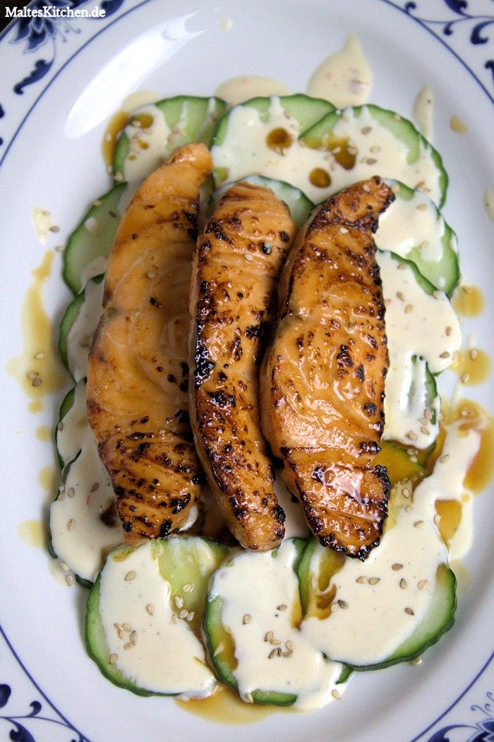 Teriyaki-Lachs auf Gurkensalat mit Zitronenschmand und Sesam. #lachs #teriyaki #gurkensalat