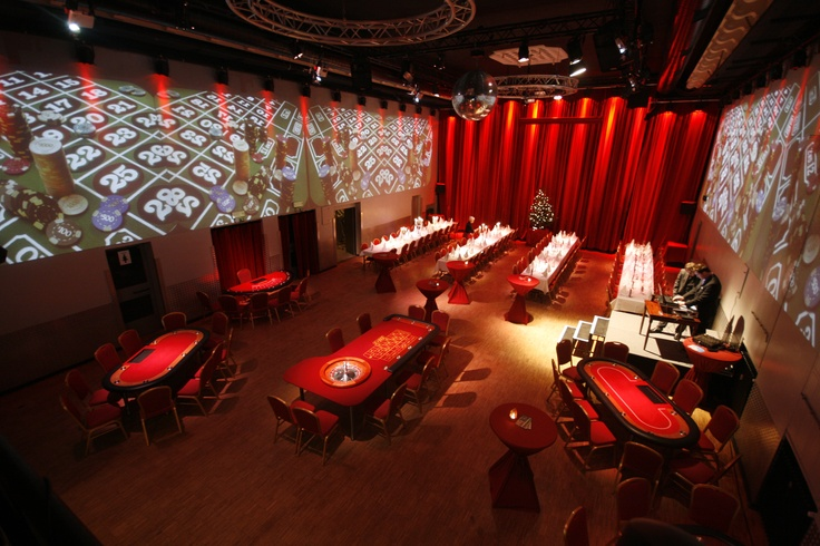 Casino Dinner  Ein kulinarischer Abend mit 4 Gängen    Bei diesem Eventformat verbringen die Gäste nicht wie gewohnt den Abend an Ihren Tischen, sondern können sich aktiv am Geschehen beteiligen. Dafür haben wir Casinotische im Einsatz, an denen die Gäste Poker, Blackjack und Roulette spielen können. Das ist natürlich vollkommen risikolos und funktioniert ohne echten Geldeinsatz! Vielmehr werden den Gästen von erfahrenen Croupiers in Ruhe die Regeln erklärt. 69,- € inkl. Menü zzgl Getränke…