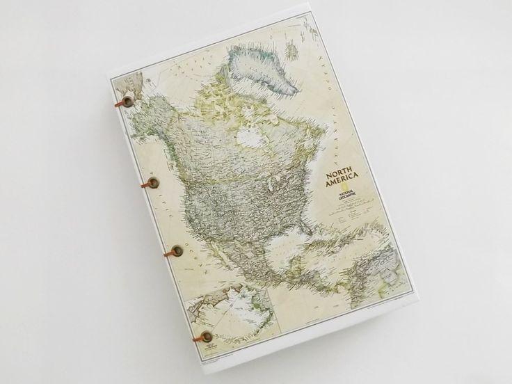 Agenda, diário ou caderno artesanal, totalmente confeccionado à mão com papel couché impresso encerado nas capas e borda das folhas, costura copta em fio encerado, folhas sem pauta em sulfite reciclado, acabamento com ilhós. 100 folhas (200 páginas) <br> <br>Pode ser usada como diário de viagem ou diário de bordo. <br> <br>Se o item for para presente, conheça nossa linha de cartões artesanais, os escritos podem ser personalizados de acordo com as indicações do cliente. <br> <br>Importante…