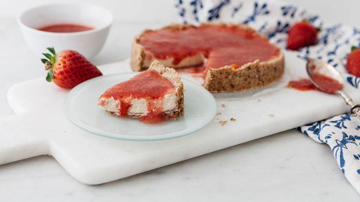 Cheesecake con farina di farro, ricotta e salsa di fragole